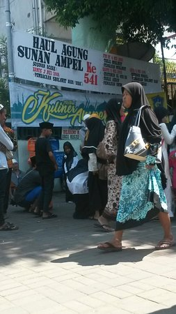 Ampel Mosque: Suasana khoul sunan ampel di surabaya.