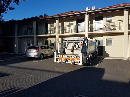 Bayswater, Australia: Back side of the hotel... we got no noise from the restaurant or train station