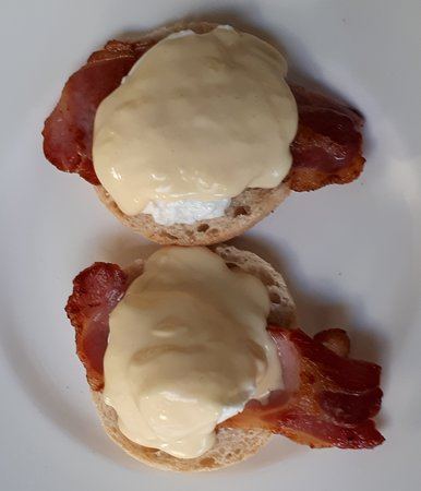 Minchinhampton, UK: Eggs Benedict - a lightly toasted muffin, topped with bacon, poached eggs and hollandaise sauce