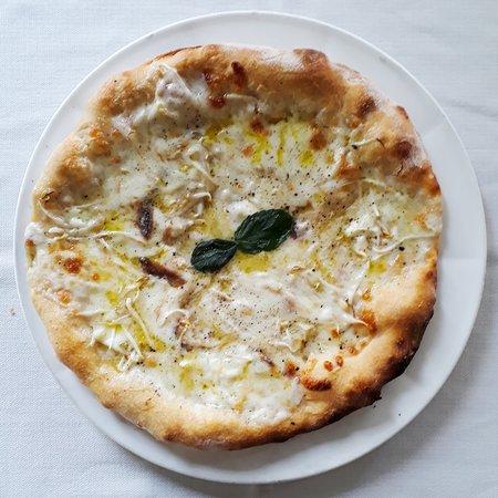 Felegara, Italy: Pizza del mese di giugno, bianca con Mozzarella di Bufala, Alici e freschissimi germogli