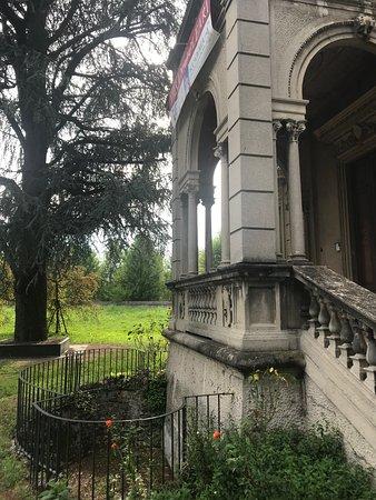 Villa Naj Oleari: particolare vecchia ringhiera