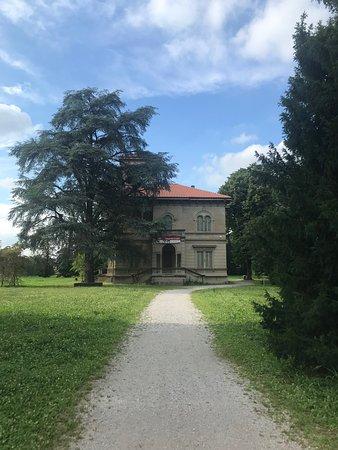Villa Naj Oleari: vista dall'ingresso del parco