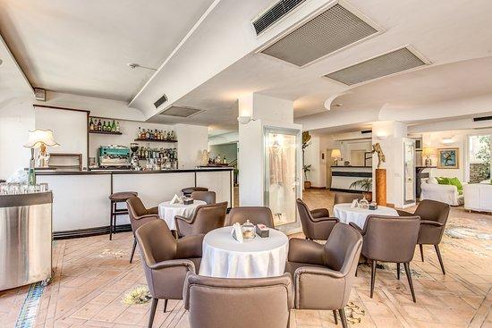 โรงแรมเรจจินา คริสตินา: Il nostro bar e in fondo la reception