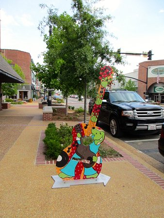 Cafe 212: Guitar art on the street