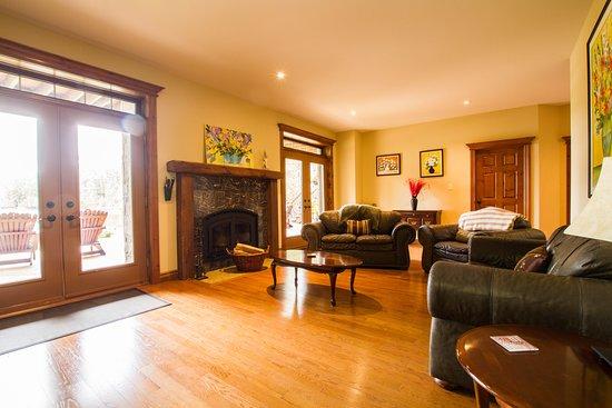 La Peche, Canada: Living room of the 1200 square feet family suite