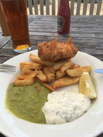 Walberswick, UK: Fish, chips, peas, tartare sauce..