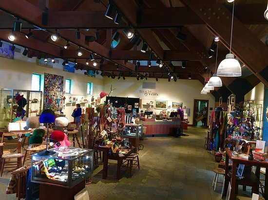 Kentucky Artisan Center at Berea: A wide variety of local art, crafts and literature is available.