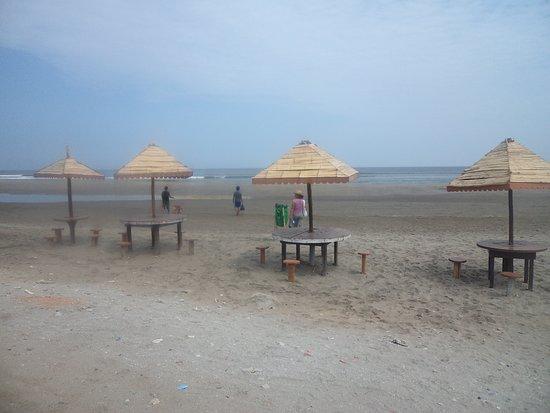 Puerto Malabrigo, Peru: La playa cuenta con mesitas rusticas para poder comer algo o descansar.