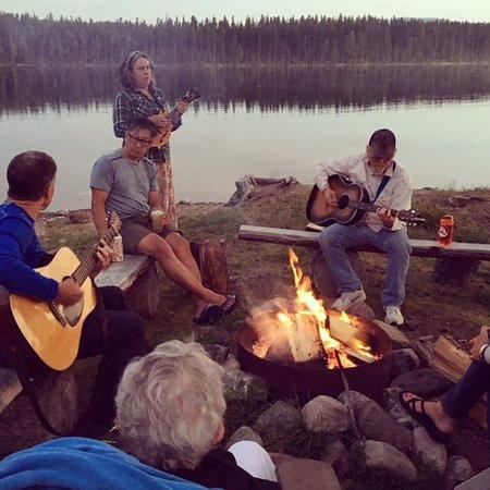 Condon, Монтана: After dinner singing around the bonfire