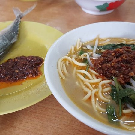 Chukai, Malaysia: Fresh fish noodle soup and special homemade sambal.