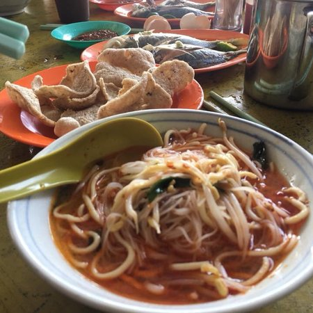 Chukai, ماليزيا: Fresh fish noodle soup and special homemade sambal.