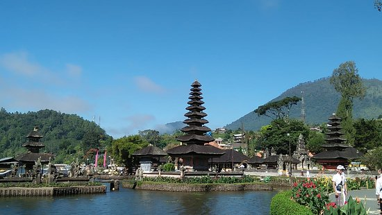 Lovina Beach, Indonesië: temple on the lake