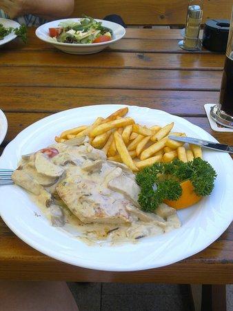 Langenselbold, Γερμανία: Gegrilltes Hähnchenfleisch mit Pilzen, sehr schmackhaft.