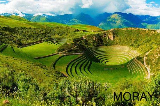 Maras、Moray、CuscoからのSalineras Salt Min…