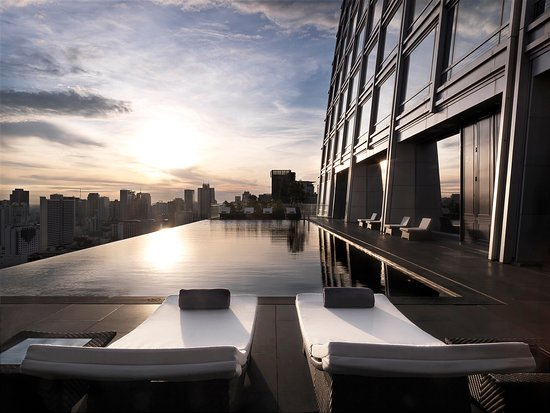 The 25 metres long cantilevered infinity pool on the 25th floor.