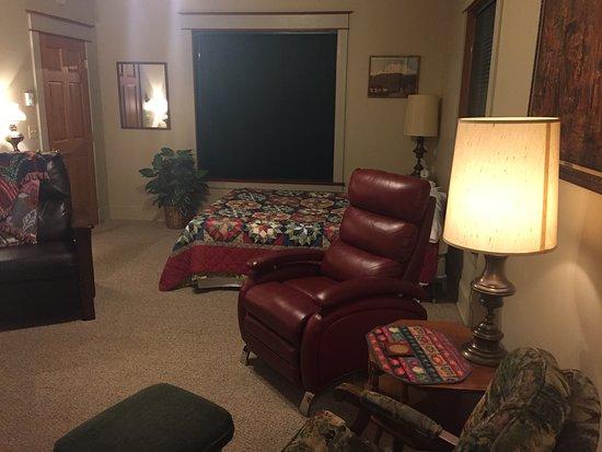Hercules Inn: view of queen bed in main room
