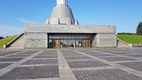 emlékmű alapzat, bejárat