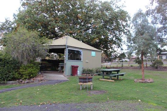 Dunkeld, Austrália: Camp Kitchen with communal fire pit