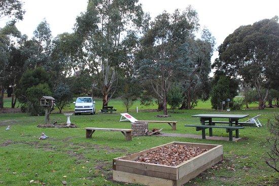 Dunkeld, Austrália: View of unpowered sites with communal fire pit
