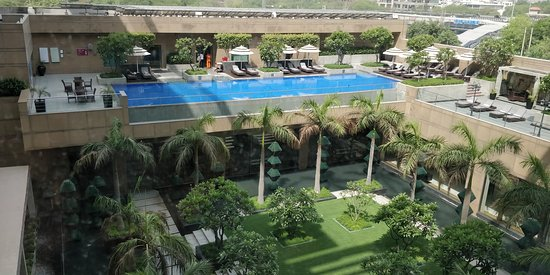 Crowne Plaza Hotel Gurgaon: poolside