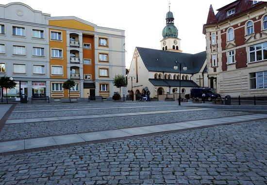 Rynek z XIX- wiecznymi kamienicami