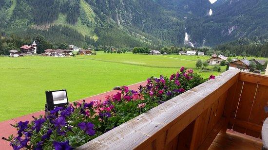 Panoramahotel Burgeck: מבט מהמרפסת לכיוון המפלים