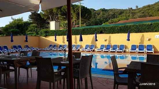 Magazzini, Italy: tables along the poolside
