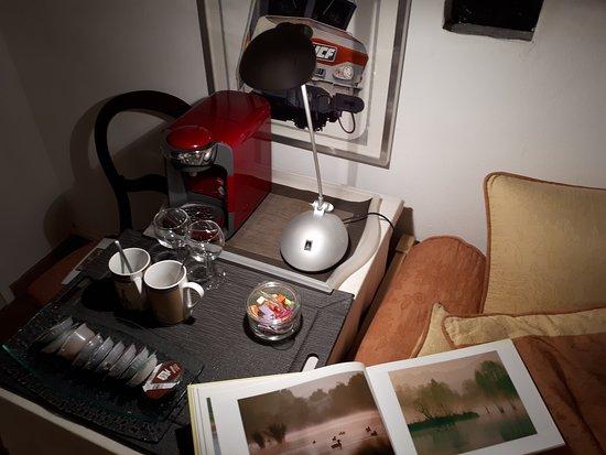 Reichshoffen, ฝรั่งเศส: La Suite au Bord de l'eau, boissons chaudes à volonté dans le salon-médiathèque.