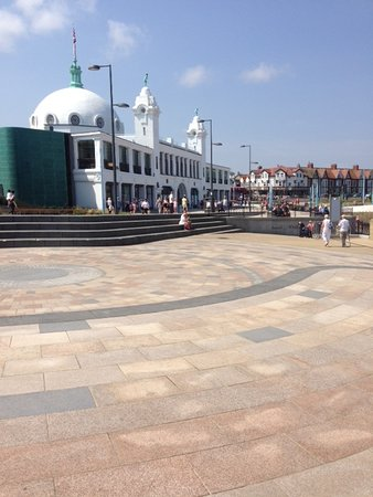 Whitley Bay, UK: Another view of the iconic building and the promenade.