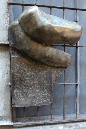 "Rzeźba ""Dupa Tuwima"""