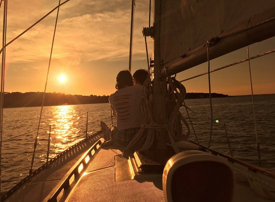 Vineyard Haven, MA: Vineyard sunsets make wonderfully romantic sails!
