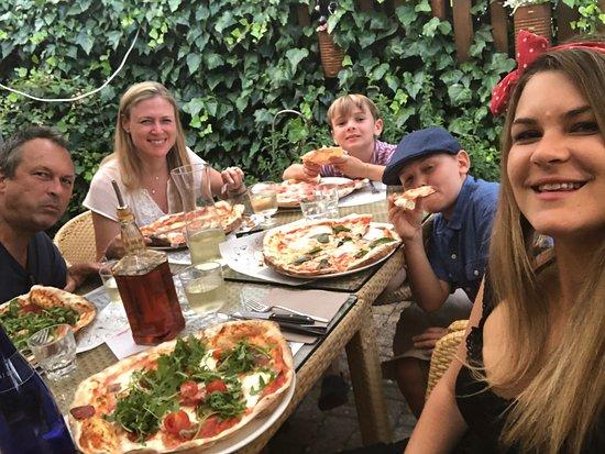 Farnetella, Italy: Fun pizza place- 10 minutes from the villa