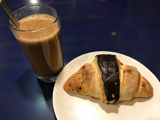 Brown Bread Bakery: ミルクティーとチョコクロワッサン