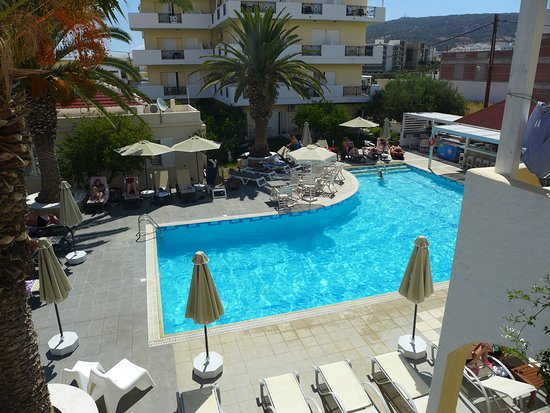 Hotel Romantica Apartments: View at the pool area.