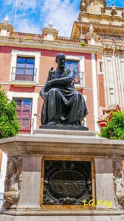 Monumento a Juan Martinez Montanes: Bronze sculpture