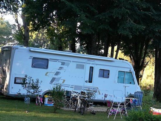 Le Change, Frankrike: Accueil camping car sur emplacement camping herbeux