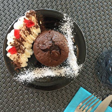 Le Paradiso : Gâteau chocolat crème montée à la pêche et gelée de grenadine. 🍩