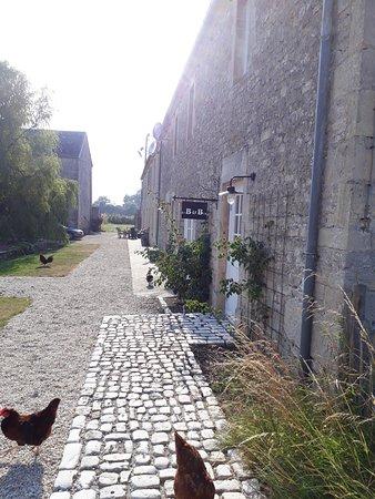 Asnieres-en-Bessin, Frankrike: Aangezicht van de B&B!
