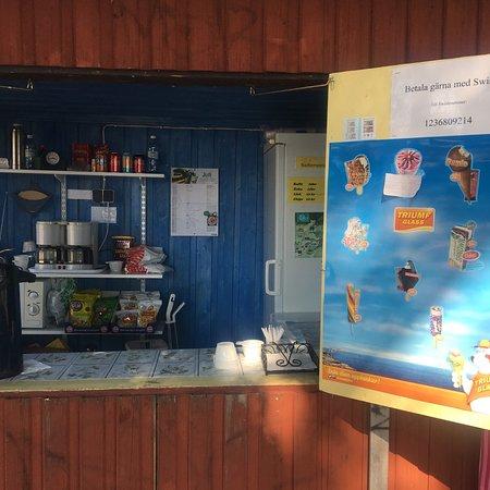 Gavle, Sweden: Totrabadet är långgrunt och barnvänligt. Byföreningens kiosk med glass, kaffe, chips mm. är öppe