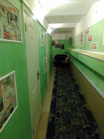 Общий коридор, на выходе из кухни (в стиральные дни стоят сушилки с бельем, но сам хостел сухой)