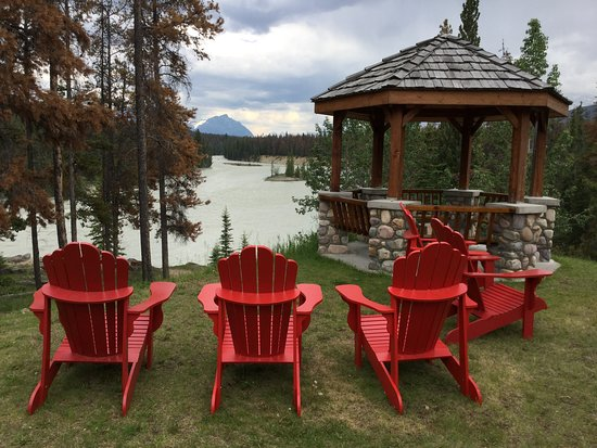 Jasper House Bungalows: Relax and watch the Athabasca River go by.