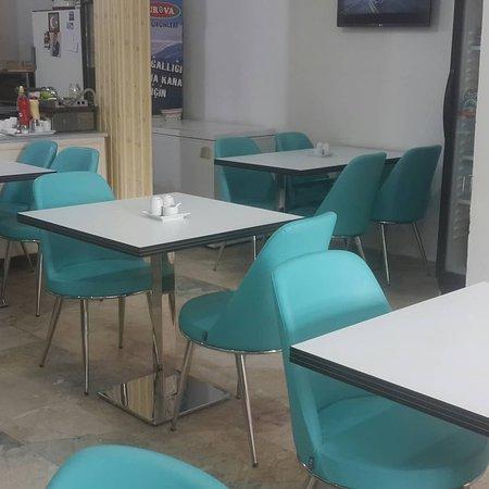 Turhal, Tyrkia: Yeni masa ve sandalye takımımız.
