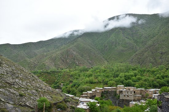 ‪‪Jolfa‬, إيران: The village and its valley seen from an overhanging cliff.‬