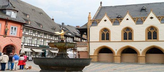 """Marktbrunnen: De historische """"Marktbron"""" omgeving door prachtige bebouwing"""