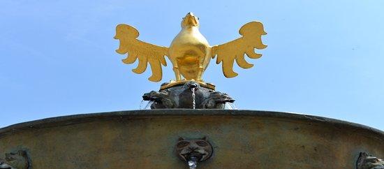 """Marktbrunnen: De """"Rijksadelaar""""met spuwers pronkend boven de kleine schaal"""