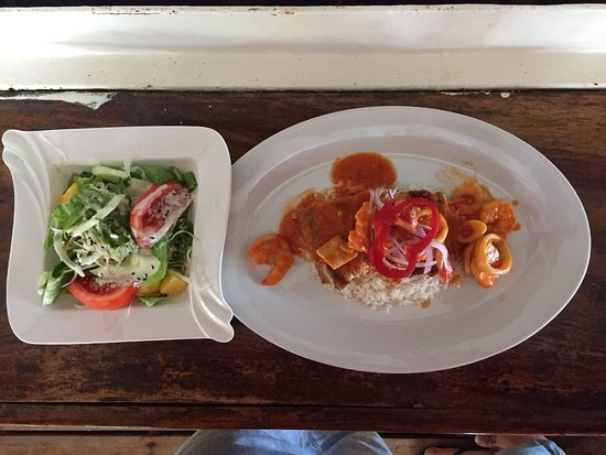 Marbella, Costa Rica:  Come to Tiki Hut and try a delicious fish filet in Inca sauce!