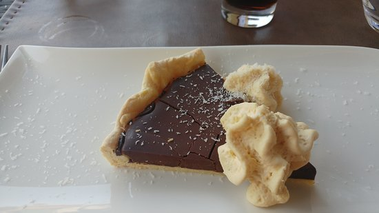 Montigny-sur-Loing, Frankreich: tarte au chocolat chantilly saupoudré de noix de coco