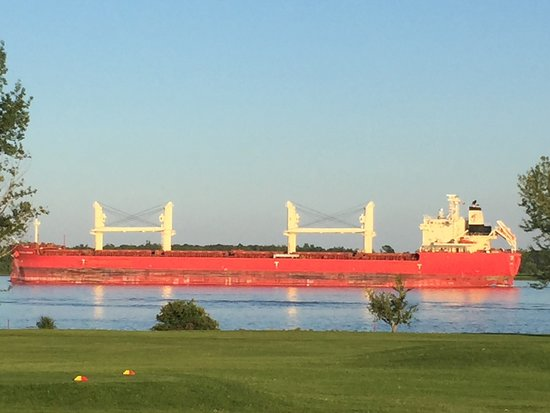 Iroquois, Canada: Watch the ships go by from our outdoor patio.