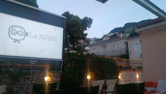 Vathy, Greece: Den lille open aircondition biograf med noget af byen til højre op i bjergene.