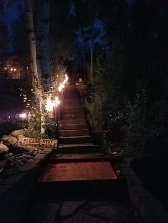 Grand Escape Cottages: View down the steps at night